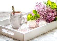 Il tè è servito in un contenitore di regalo con le caramelle gommosa e molle ed in un mazzo di un lillà Fine in su fotografie stock libere da diritti