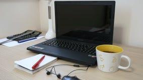 Il tè è sul desktop ufficio stock footage