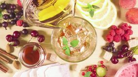 Il tè è versato nel vetro con ghiaccio video d archivio