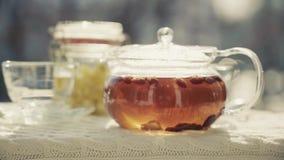 Il tè caldo sta cocendo a vapore nel freddo archivi video