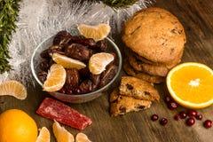 Il tè con l'arancia, arance, date, cannella, ha asciugato il popaya, mirtilli rossi Immagini Stock