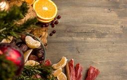 Il tè con l'arancia, arance, date, cannella, ha asciugato il popaya, mirtilli rossi Immagine Stock