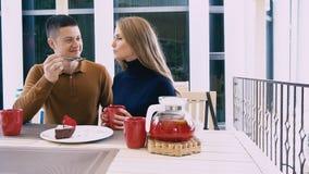 Il tè della bevanda della moglie e del marito mangia il dessert nel ristorante stock footage