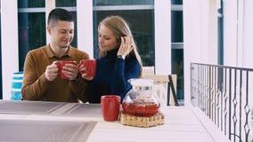 Il tè della bevanda della moglie e del marito mangia il dessert nel ristorante video d archivio