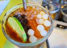 Il tè della bolla ha ghiacciato il tè del limone con le perle della tapioca immagine stock