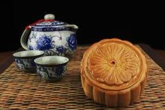 Il tè e i mooncakes sulla stuoia Immagini Stock Libere da Diritti