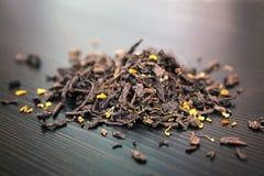Il tè e la foresta mista fruttifica su un bordo di legno di marrone scuro Immagine Stock Libera da Diritti
