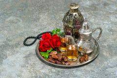Il tè e la rosa rossa fioriscono, lanterna e rosario arabi HOL islamica Fotografie Stock Libere da Diritti