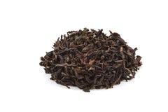 Il tè secco ha versato uno scorrevole su un fondo bianco È isolato immagini stock