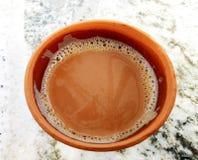 Il tè in un suolo ha fatto la tazza fotografie stock libere da diritti
