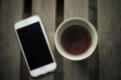 Il tè verde è servito in terraglie giapponesi tradizionali con l'influenza d'annata Fotografia Stock Libera da Diritti