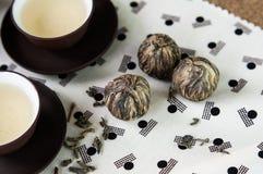 Il tè verde e le palle impacchettano e le tazze stabilite di stile giapponese Fotografia Stock