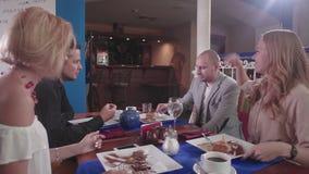 Il ` t del didn della giovane donna gradisce un dessert in un ristorante stock footage