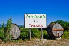 Il tabellone per le affissioni con i barilotti dice il benvenuto in Toscana Fotografie Stock Libere da Diritti