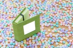 Il taccuino in bianco con cuore pastello variopinto ha modellato il backgroun delle perle Immagini Stock Libere da Diritti