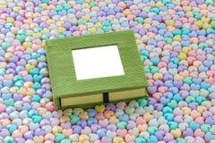 Il taccuino in bianco con cuore pastello variopinto ha modellato il backgroun delle perle Fotografia Stock Libera da Diritti