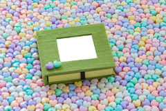 Il taccuino in bianco con cuore pastello variopinto ha modellato il backgroun delle perle Fotografia Stock