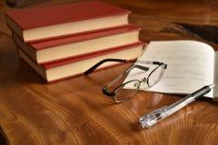 Il taccuino con la penna ed i vetri, sviluppa la memoria Immagine Stock