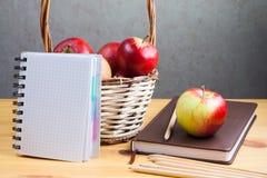 Il taccuino con una matita e le mele sono sulla tavola Fotografia Stock Libera da Diritti