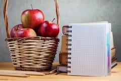 Il taccuino con una matita e le mele sono sulla tavola Immagine Stock Libera da Diritti
