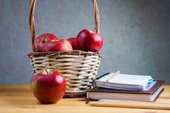 Il taccuino con una matita e le mele sono sulla tavola Fotografie Stock