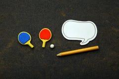Il taccuino della matita della palla delle racchette di ping-pong non asfalta nessuno fotografie stock libere da diritti