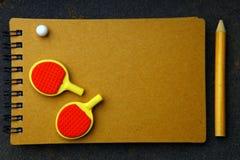 Il taccuino della matita della palla delle racchette di ping-pong non asfalta nessuno immagini stock libere da diritti