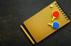 Il taccuino della matita della palla delle racchette di ping-pong non asfalta nessuno immagine stock
