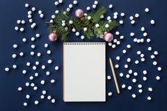 Il taccuino e l'abete di spirito del fondo di Natale di Snowy si ramificano Immagini Stock