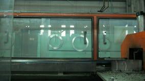 Il taglio convoglia la linea di produzione manifatturiera Fabbricazione di fabbrica di plastica delle tubature dell'acqua Process immagini stock