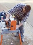 Il taglio copre di tegoli la macchina. immagini stock libere da diritti
