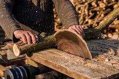 Il taglio del legno con una circolare ha visto immagine stock libera da diritti