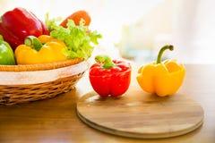 Il taglio del peperone dolce sul blocchetto di spezzettamento con la verdura sana dentro prende il sole Fotografia Stock