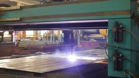 Il taglio del plasma del metallo su una macchina automatica del laser, tagliatrice del plasma del laser per il taglio parte da me stock footage