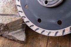 Il taglio di pietra con un disco del diamante ha montato in una smerigliatrice Lavoro in un'officina di pietra immagine stock libera da diritti