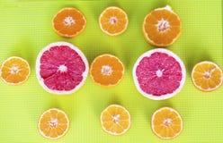 Il taglio fresco fruttifica agrumi su un fondo verde Fotografie Stock Libere da Diritti