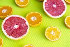 Il taglio fresco fruttifica agrumi su un fondo verde Fotografia Stock Libera da Diritti