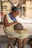 Il taglio senior messicano della donna progetta nelle terraglie del negro di Barro, O fotografie stock libere da diritti