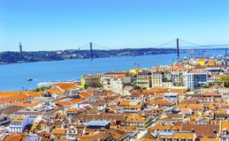 Il Tago ponte arancia del 25 aprile copre Lisbona Portogallo Fotografia Stock