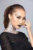Il talento creativo operato stile di capelli e compone su bello asiatico Fotografia Stock Libera da Diritti