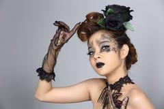Il talento creativo operato stile di capelli e compone su bello asiatico Immagine Stock Libera da Diritti