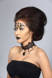Il talento creativo operato stile di capelli e compone su bello asiatico Fotografia Stock
