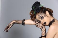 Il talento creativo operato stile di capelli e compone su bello asiatico fotografie stock libere da diritti