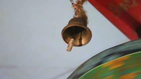 Il tamburo di preghiera colpisce la campana video d archivio