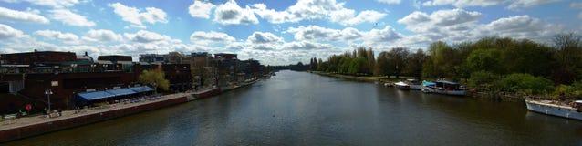 Il Tamigi a Kingston - panorama fotografie stock libere da diritti