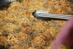 Il taro ha fritto in olio caldo su una pentola nel festival vegetariano Tailandia Immagine Stock