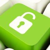 Il tasto del computer sbloccato del lucchetto nella rappresentazione verde Access o protegge Fotografie Stock Libere da Diritti