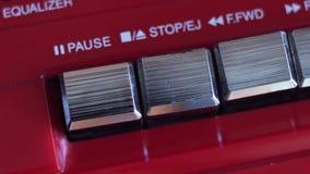 Il tasto di arresto sul registratore stock footage