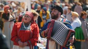 Il Tatarstan, Laishevo 25-05-2019: L'uomo e la donna in vestiti russi nazionali cantare e giocare una fisarmonica video d archivio