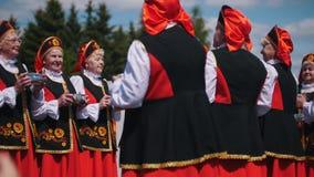 Il Tatarstan, Laishevo 25-05-2019: Le donne in costumi russi tradizionali ballano e giocano sui crepitii in un cerchio stock footage